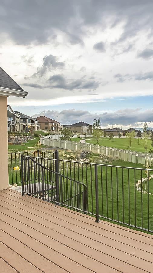 家垂直的框架阳台有邻里湖和山的看法在多云天空下 库存图片