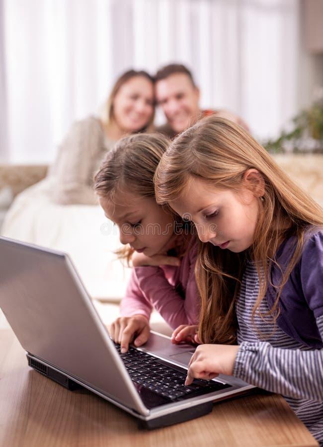 家庭、孩子、技术和家庭概念- 免版税库存照片