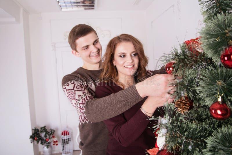 家庭、x-mas、寒假和人概念-愉快的夫妇 免版税库存照片