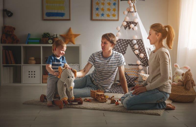 家庭一起使用对于儿童` s pl的母亲父亲和儿子 免版税库存照片
