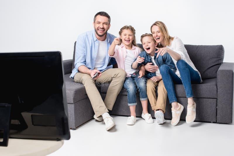 家庭一起坐沙发和观看的电视