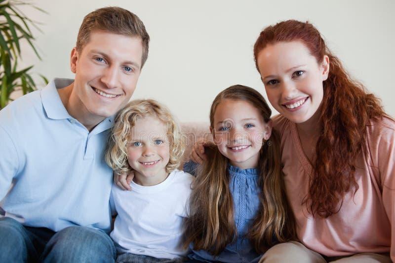 家庭一起坐沙发 库存照片