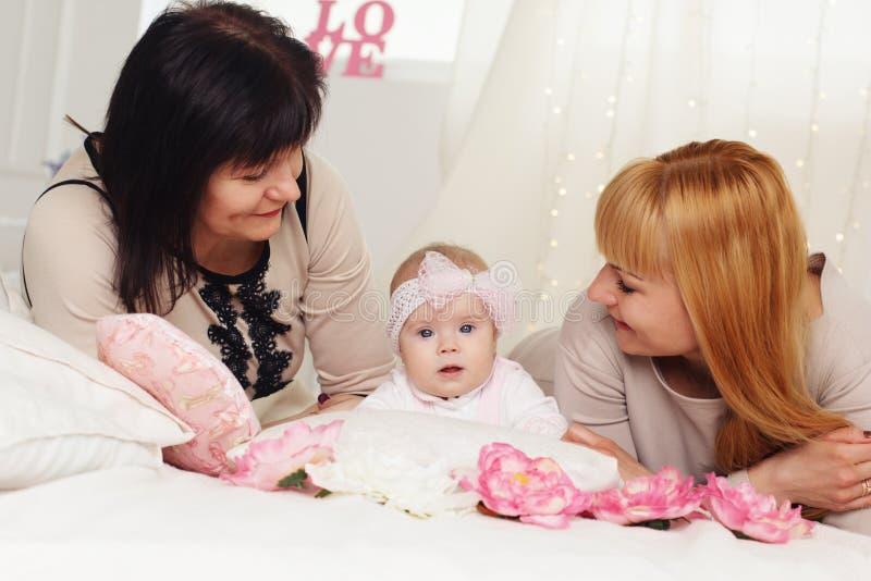 家庭一代:祖母、母亲和孙女 免版税库存照片