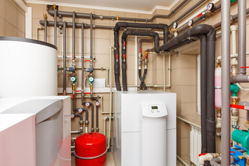 家庭与热泵,桶的锅炉房;阀门;传感器a 免版税库存照片