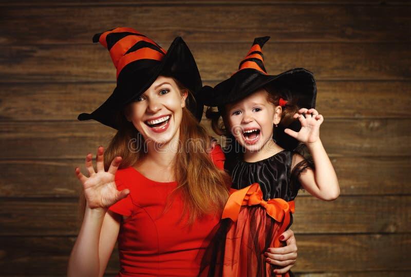 家庭乐趣母亲和儿童女儿庆祝在witc的万圣夜 库存图片