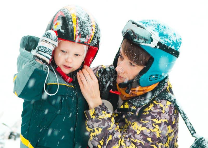 家庭乐趣活动滑雪场冬天成套装备 库存图片