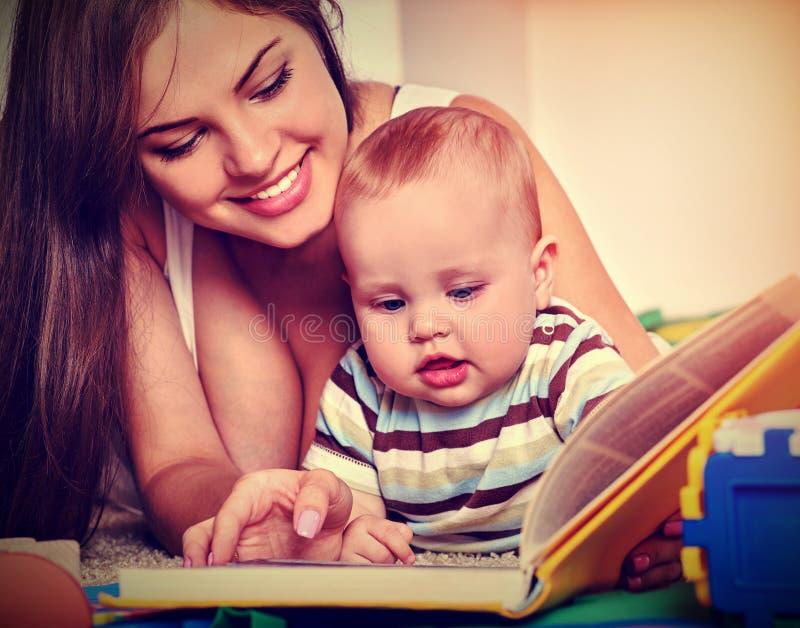 家庭书读与母亲和婴孩 早期的读书开发孩子 免版税库存图片