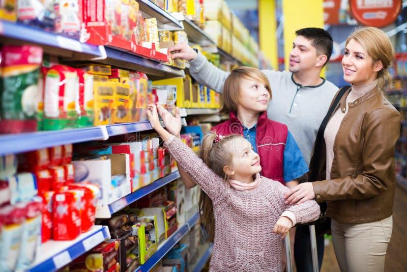 家庭买的杂货在超级市场 免版税图库摄影