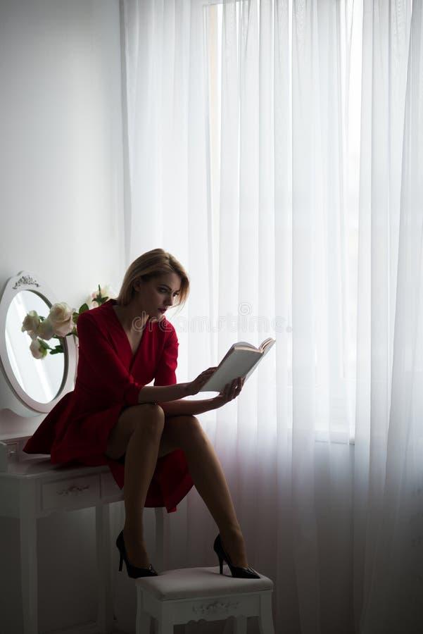 家庭了解 家庭了解的妇女 在家学会性感的妇女的在卧室 学习和教育概念 免版税库存照片