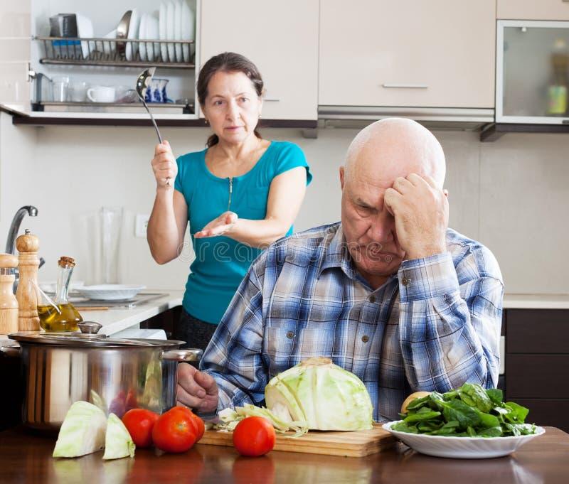 家庭争吵。有成熟的妇女与丈夫的冲突 免版税库存照片