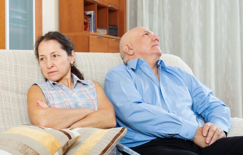 家庭争吵。有成熟的妇女与人的冲突 免版税图库摄影