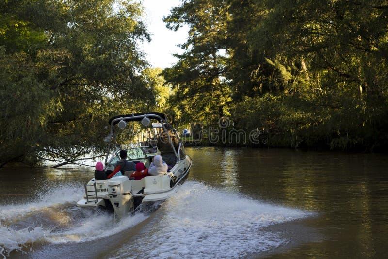 家庭享受在速度小船的乘驾 免版税图库摄影