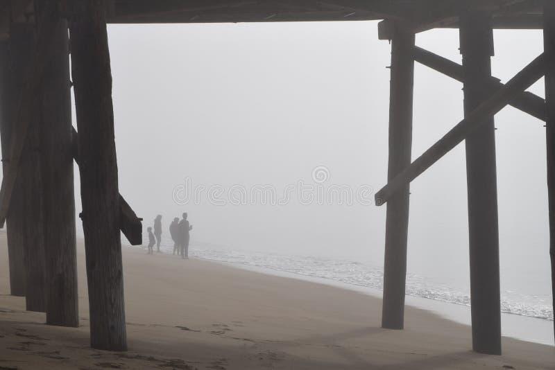 家庭享用早晨雾的海洋 库存照片