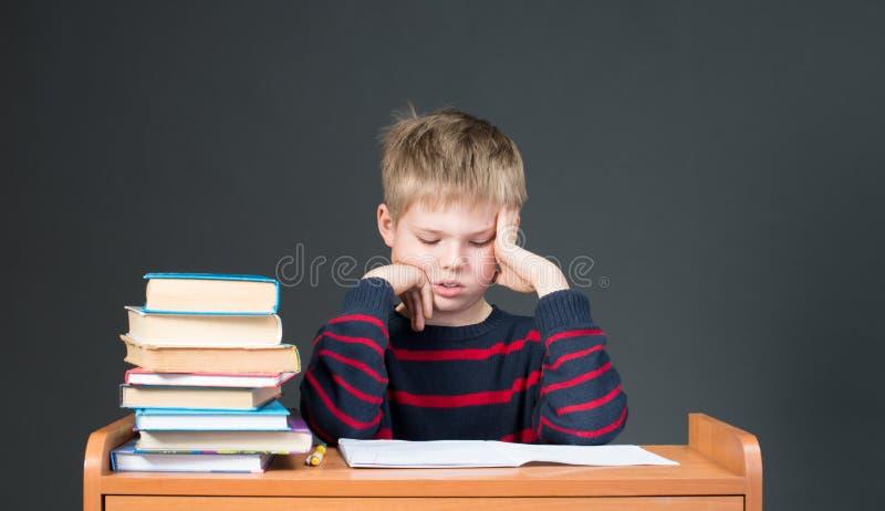 家庭作业 乏味学校研究 很疲倦于家庭作业 免版税库存照片