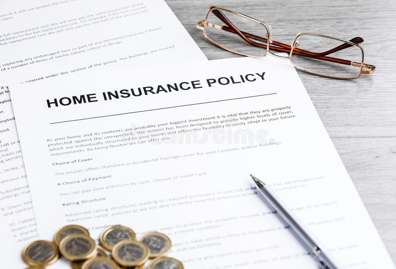 家庭保险单 议院笔记、模型和保险单 库存照片