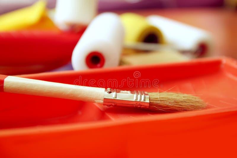 家庭修理工具 墙壁着色关闭的路辗 免版税库存照片