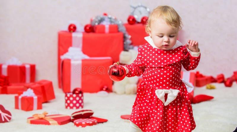 家庭假日 儿童第一圣诞节的礼物 小孩的圣诞节活动 圣诞节奇迹概念 事 免版税库存图片
