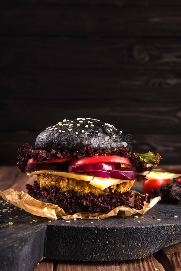家庭做的牛肉汉堡特写镜头用莴苣和蛋黄酱在一点木切板服务 可能 库存图片