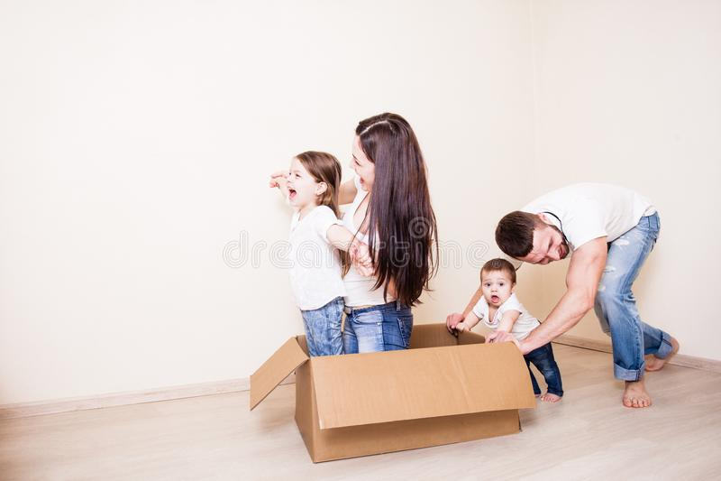 家庭充当一间空的屋子 免版税库存图片
