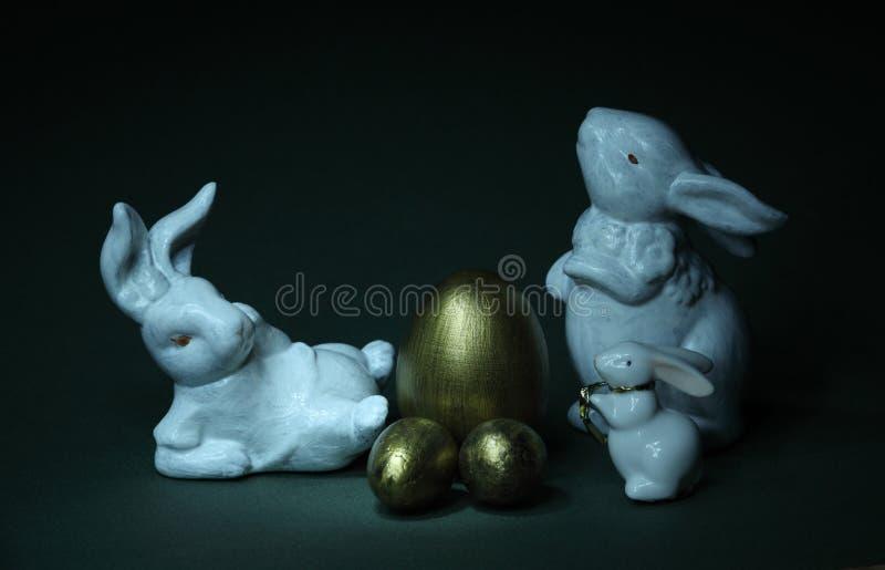 家庭兔子和金黄鸡蛋 库存图片