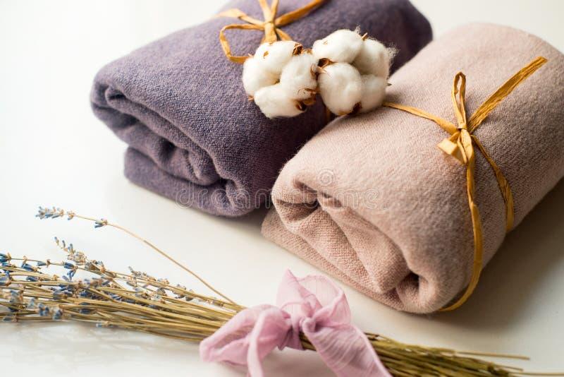 家庭内部,缝合的裁缝, diy概念 五颜六色的布料织品堆  颜色棉花亚麻布衣裳 库存照片