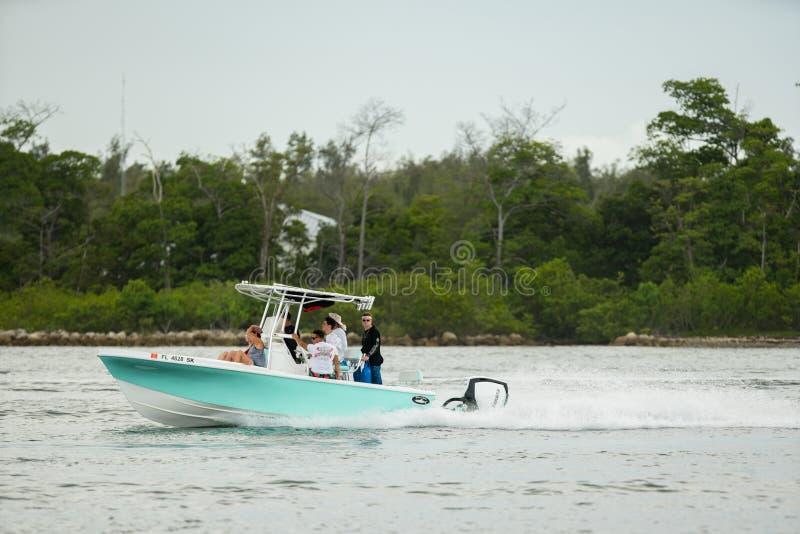 家庭划船的照片在迈阿密在周末 射击与好的bokeh的一个远摄镜头 免版税图库摄影