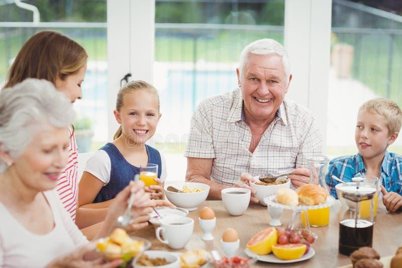 家庭吃早餐在桌上 库存图片