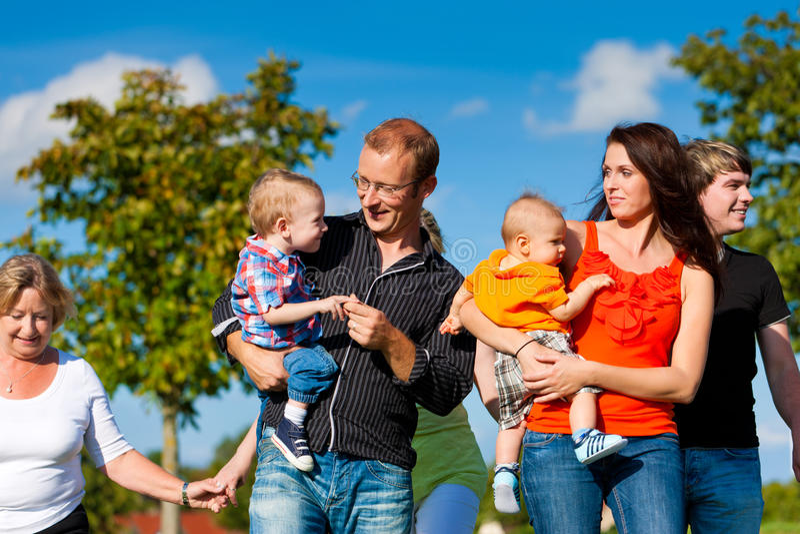家庭和多代-在草甸的乐趣在夏天 免版税图库摄影