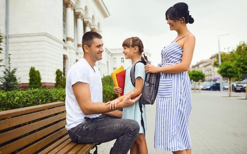 家庭和女孩女学生以背包方式教育 免版税库存图片