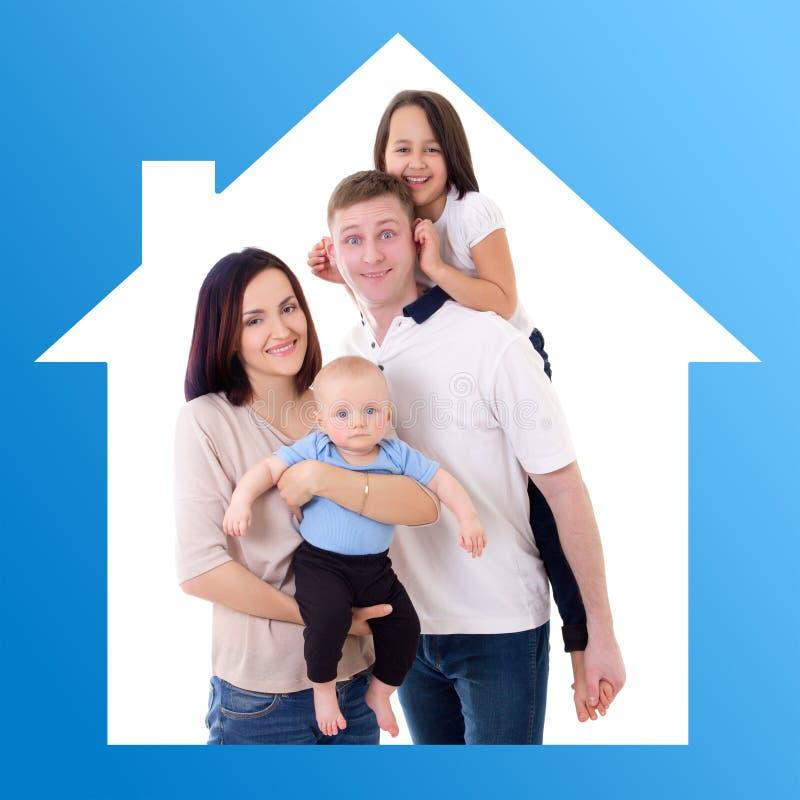 家庭和家庭概念-愉快的父亲、母亲和两个孩子 免版税库存图片