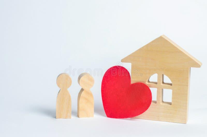 家庭和家庭爱概念 恋人议院  年轻家庭的付得起的住房 夫妇的恋人的适应 免版税库存图片