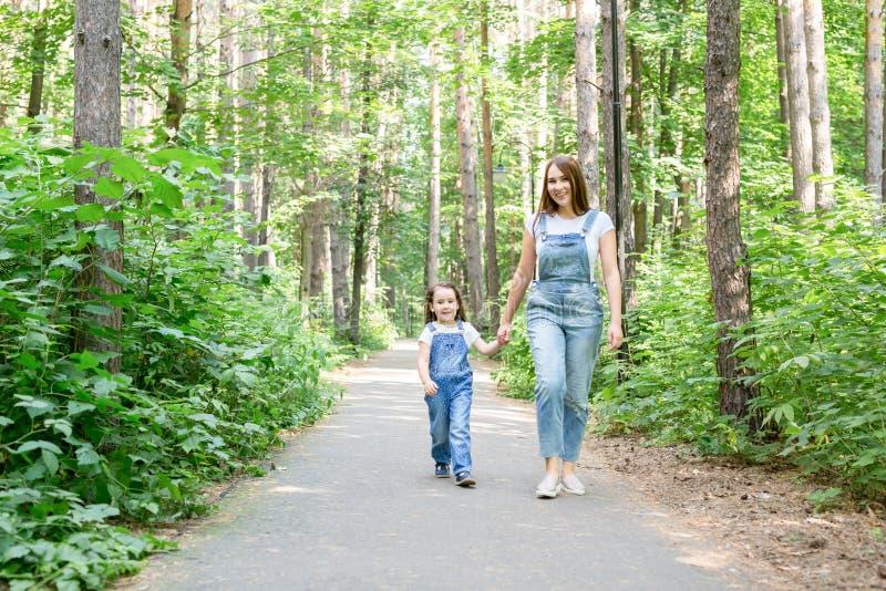 家庭和自然概念-母亲和女儿一起花费室外的时间 图库摄影