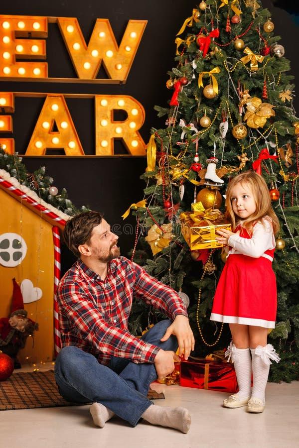 家庭圣诞节 父亲和女儿 免版税库存图片