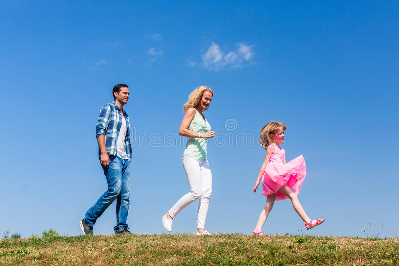 家庭在单一文件走 库存图片