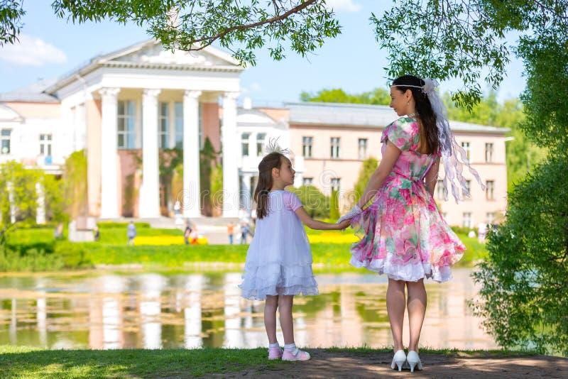 家庭在夏天公园 库存照片