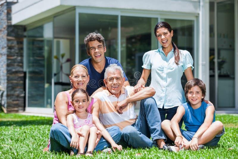 家庭在大房子里 免版税库存照片