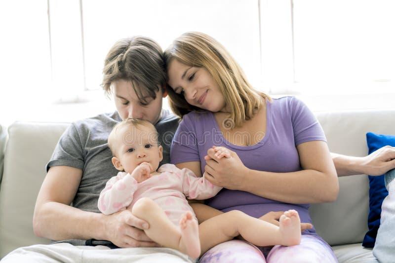 家庭在家获得与婴孩的乐趣沙发的 免版税图库摄影