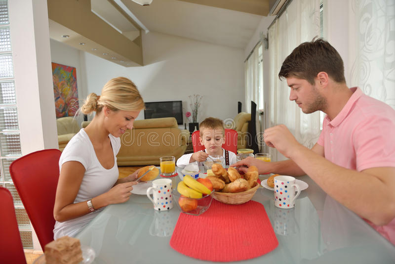 家庭在家食用健康早餐 库存图片