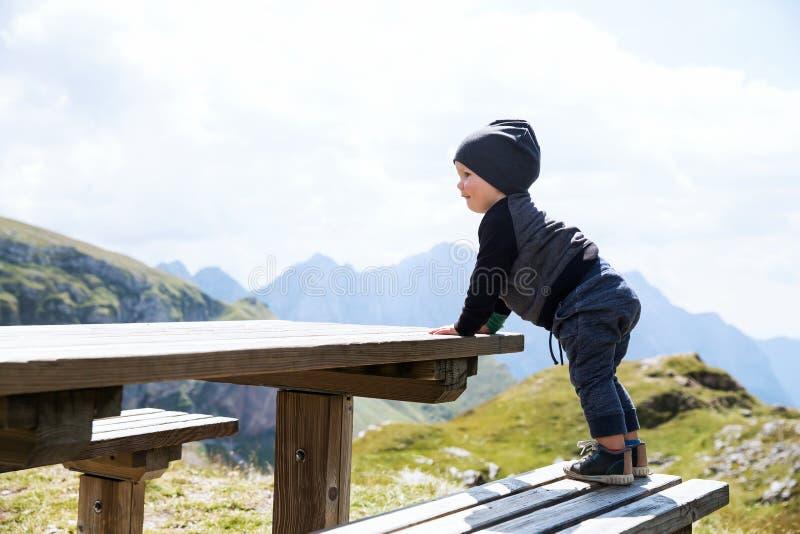 家庭在山的一迁徙的天 Mangart,朱利安阿尔卑斯山,国家公园,斯洛文尼亚,欧洲 库存照片