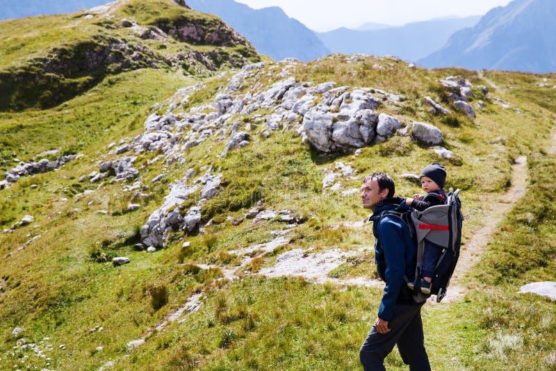 家庭在山的一迁徙的天 Mangart,朱利安阿尔卑斯山, 库存照片