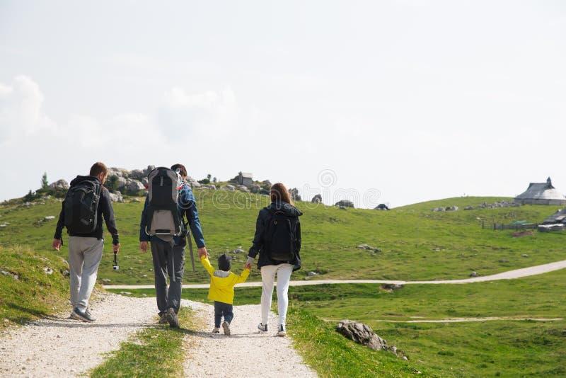 家庭在山的一迁徙的天 Velika Planina或大 免版税库存图片