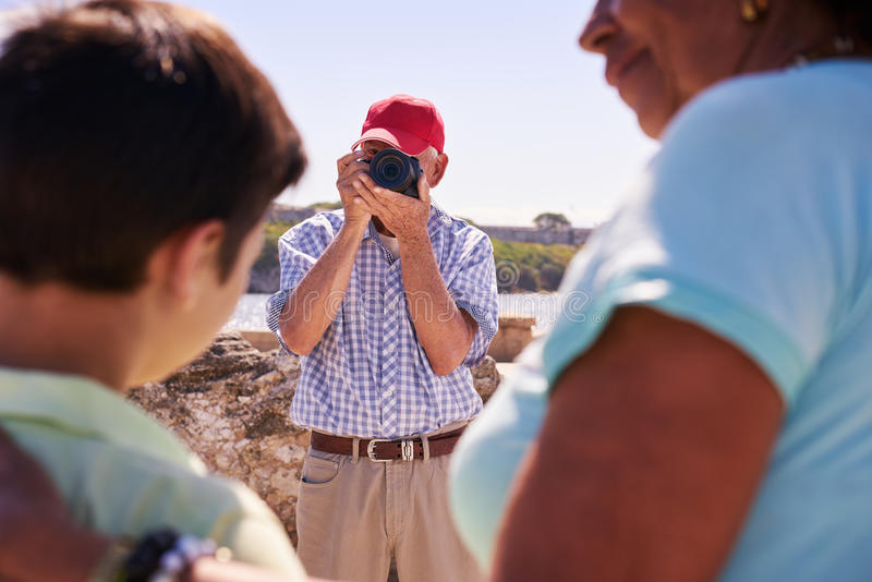 家庭在度假在古巴祖父旅游采取的照片的 库存图片