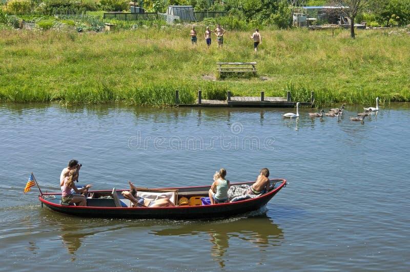 家庭在恩克赫伊森运河做一次小船旅行  免版税库存照片