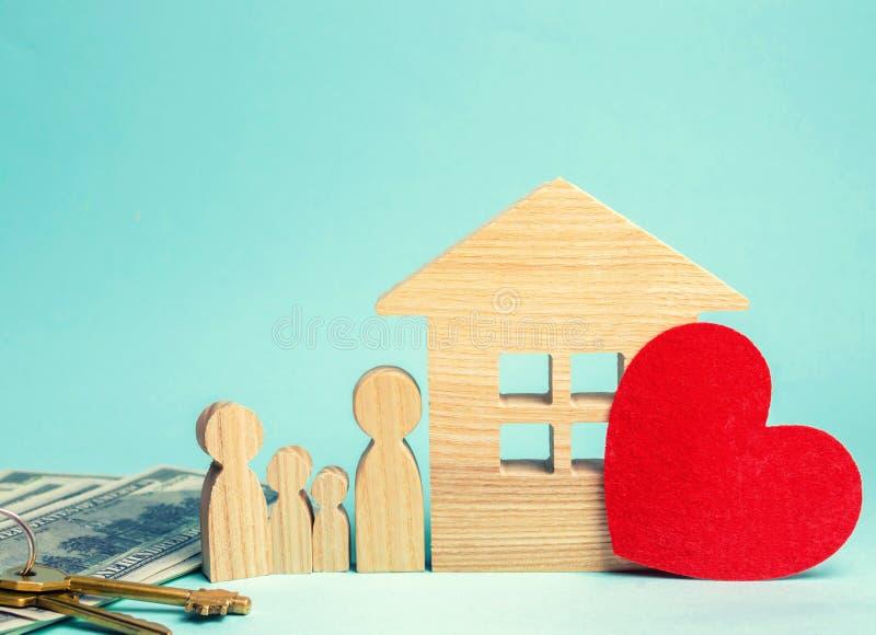 家庭在房子附近站立 价格合理的住房 房地产co 免版税图库摄影