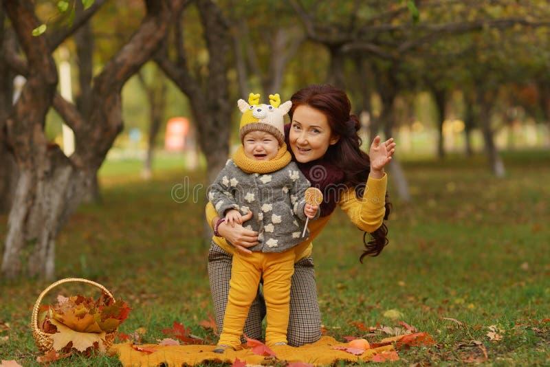 家庭在晴朗的秋天公园 免版税库存图片