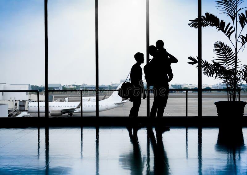 家庭在机场等待的离开的好的片刻内 免版税库存照片