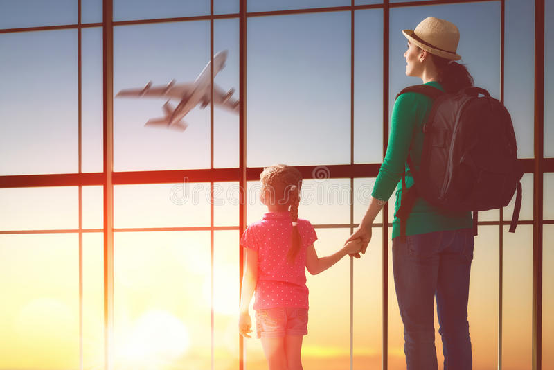 家庭在机场 免版税图库摄影