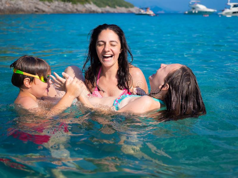 家庭在海边 免版税库存图片