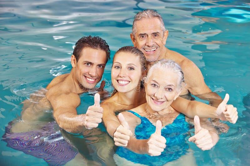 家庭在游泳池藏品 免版税库存照片