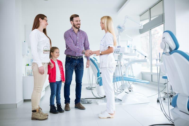 家庭在牙齿办公室拜访牙医 免版税图库摄影